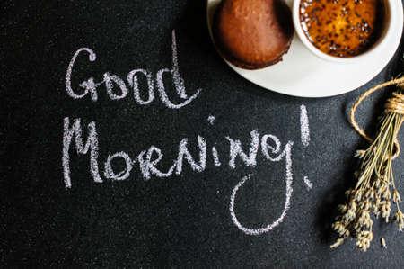 taza cafe: taza de caf� negro con macarr�n de chocolate y flores de lavanda Foto de archivo