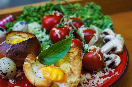 canasta de pan: Huevo sano en una cesta con ensalada de verduras frescas para la cena Foto de archivo