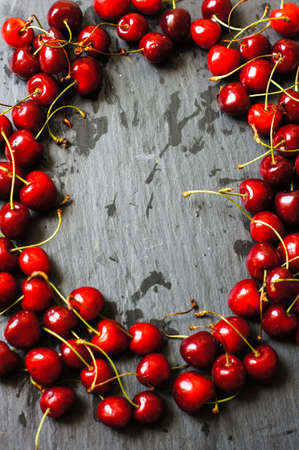 cereza: cerezas maduras en un taz�n en una servilleta brillante