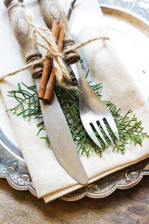 comida de navidad: Ajuste de la tabla de Navidad vintage o rústico. Enfoque selectivo