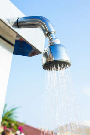 reflexion: Hotel shower junto a la piscina con la reflexión