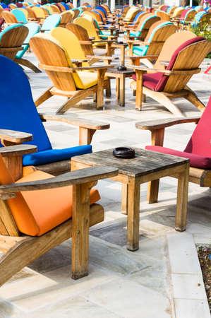 silla de madera: Silla de madera del sol sobre el cafe terraza al aire libre con vistas al mar Mediterráneo