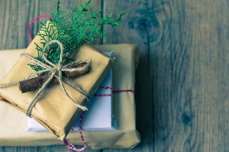 cajas navidad: Regalos de Navidad en estilo rústico con adornos navideños, enfoque selectivo Foto de archivo