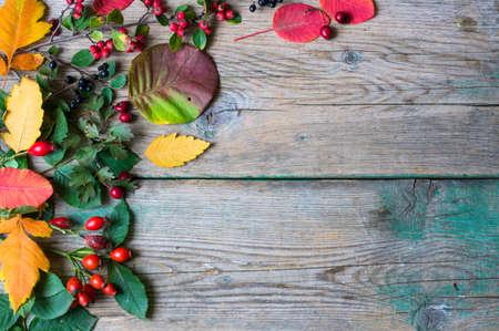 Se presenta con las hojas de otoño de la decoración en el fondo de madera rústica en Vacaciones de otoño Foto de archivo - 47283472