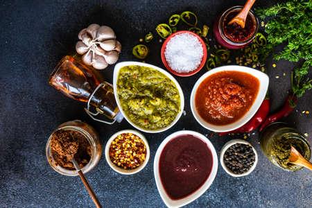 Variedad de salsas satsebeli georgianas tradicionales con kiwi, tomate y mora sobre fondo de piedra con espacio de copia