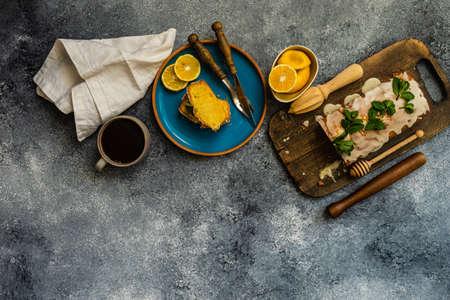 Tasty lemon cake with fresh mint on stone background with copy space Zdjęcie Seryjne - 140204138