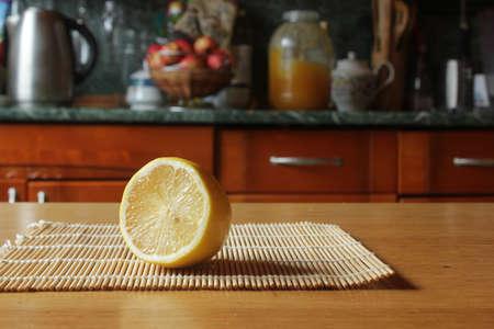 Eine Scheibe Zitrone auf dem Tisch Standard-Bild - 69893443
