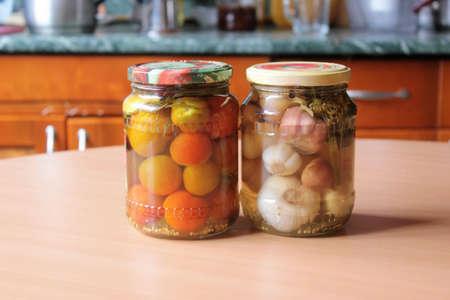 Tomaten und Knoblauch, in Dosen sind auf dem Tisch Standard-Bild - 70593296
