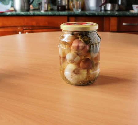 Tomaten und Knoblauch, in Dosen sind auf dem Tisch Standard-Bild - 71049606