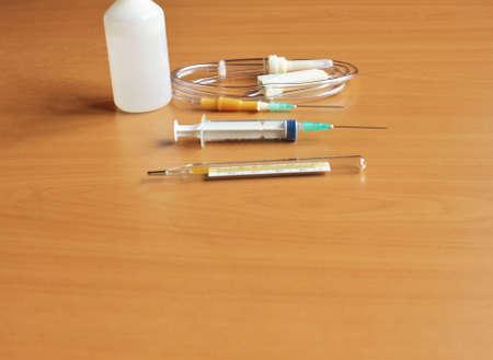 Medizinische Spritze und Tropfenzähler auf dem Tisch Standard-Bild - 71160265