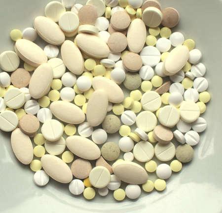 Los verschiedene Pillen auf einer Plattennahaufnahme Standard-Bild - 73324375