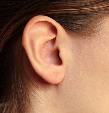 Ein Mädchen Ohr braun-haired Frauen Hörschnecke Standard-Bild - 74765917