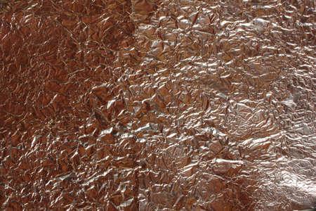 Der Hintergrund ist zerknitterte Aluminiumfolienabstraktion rote Farbe Standard-Bild - 75723651
