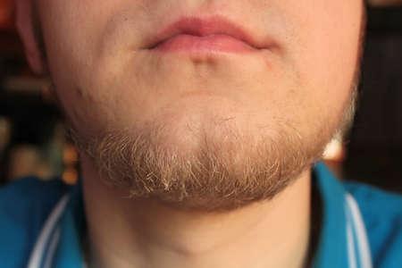 Lippen und Kinn mit dem Bart eines jungen Mannes Standard-Bild - 74764987