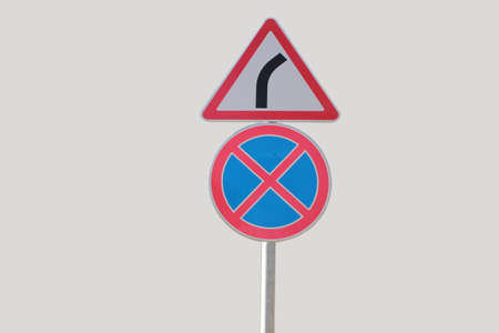 Verkehrsschilder, Anhalten und Parken ist verboten und gefährlich wird ein grauer Hintergrund Standard-Bild - 75000340