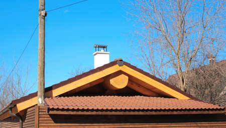 Das Dach der Bäder mit einem fetten Logon der Hintergrund des blauen Himmels Standard-Bild - 75000336