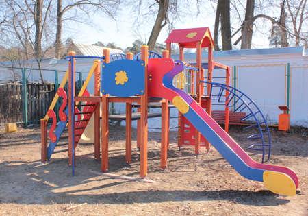 Ein Spielplatz mit Rutschen an einem sonnigen Frühlingstag ohne Kinder Standard-Bild - 75000337