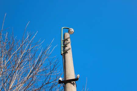 Berwachungskameras im Park zur Durchsetzung der Anordnung Standard-Bild - 75227852