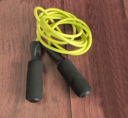 Gymnastische Nahaufnahme des gelben Seilsprungs auf dem Boden in der Turnhalle Standard-Bild - 75551647