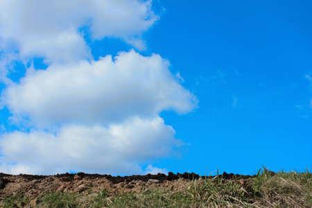 Boden Fruchtbarkeit auf dem Hintergrund des blauen Himmels mit Wolken Standard-Bild - 75743871