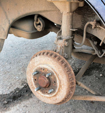 Alte verrostete Bremstrommel auf einem alten Auto. Es ist Zeit zu reparieren Standard-Bild - 75743872