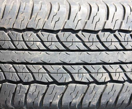 Tiefe Lauffläche All-Saison-Reifen Hintergrund Autos close-up Standard-Bild - 75743875