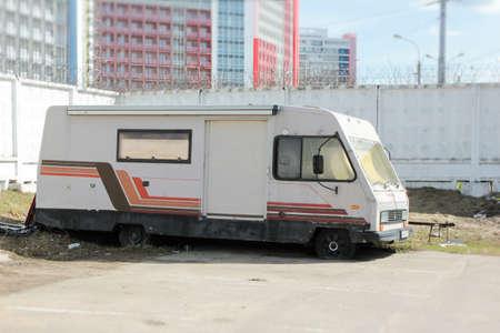 Alter trailer im parkplatz ist auf den flugrädern Standard-Bild - 75743881