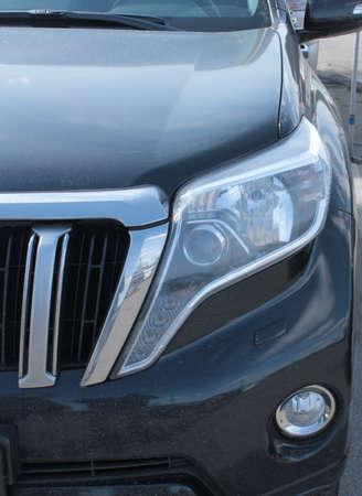 Vorne links klare Scheinwerfer moderne SUVs Standard-Bild - 75743909