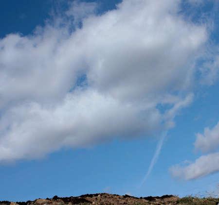 Boden Fruchtbarkeit auf dem Hintergrund des blauen Himmels mit Wolken Standard-Bild - 75743920