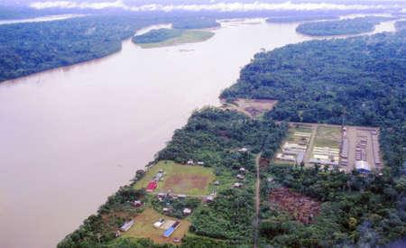 colonisation: Il Rio Napo in Amazzonia visto dal cielo, Ecuador con un campo base compagnia petrolifera in primo piano Archivio Fotografico