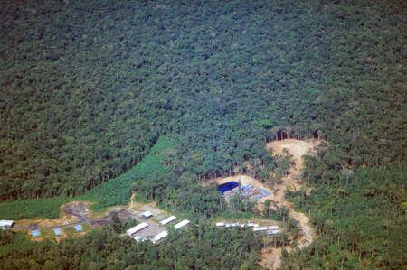 Weg-en oliebronnen in het Amazone regenwoud, Ecuador. Wegen ingebouwd in het Ecuadoraanse Amazonegebied te brengen ook kolonisten die snoeien in het bos.