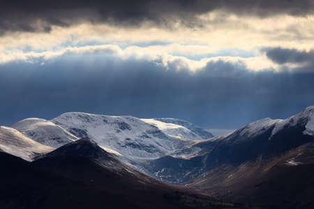 カンブリア山地冬景色。 Latrigg 落ちた英国湖地区からカンブリア山をわたる冬景色。 写真素材