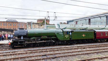 Der fliegende Schotte. Der Flying Scotsman, eine erhaltene Dampflokomotive, ist in Carlisle Station abgebildet. Der Schotte war die erste Lokomotive in Großbritannien, die 100 Stundenmeilen erreichte. Standard-Bild - 80217939