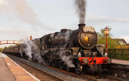 Konservierte Black Five Dampflok Nummer 48151 an der Spitze der Highlands und Islands Explorer in Appleby, England, auf der Settle nach Carlisle Bahn. Standard-Bild - 84840883