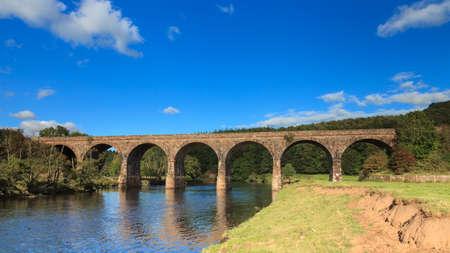 긴 멕 배교관. 영국 북부의 컴 브리아 (Cumbria)에있는 Long Meg Viaduct는 Eden 강을 가로 지르는 Carlisle 철도로 Settle을 운행합니다.