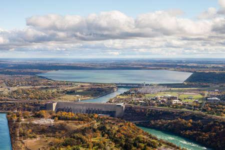 Robert Moses Niagara-Kraftwerk. Eine Luftaufnahme des Robert Moses Hydroelectric Niagara Power Station in Lewiston, New York. Das Kraftwerk leitet Wasser aus dem Niagara River ab.