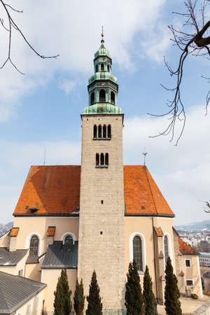 A close up winter view of the parish church Mulln, a Roman Catholic church in Salzburg, Austria. 報道画像