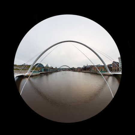 A fish eye view looking through Gateshead Millennium Bridge up the River Tyne.  The bridge connects Newcastle upon Tyne and Gateshead in northern England. Redactioneel