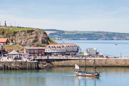 A tourist boat departs the seaside resort town of Whitby, Yorkshire in Northern England. Redactioneel