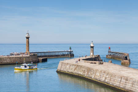 A tourist boat arrives in the seaside resort town of Whitby, Yorkshire in Northern England. Redactioneel