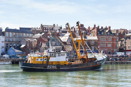 The fishing boat, Trevessa IV departs the seaside town of Whitby in Yorkshire, Northern England. Redactioneel