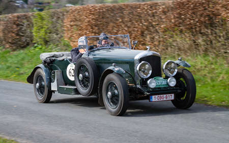 A 1935 Bentley Le Mans climbs Southwaite Hill in Cumbria.  The car is taking part in the 11th Flying Scotsman Rally, a free public-event. Redactioneel
