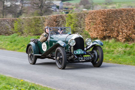 A 1926 Bentley 3-4.5 climbs Southwaite Hill in Cumbria in northern England.  The car is taking part in the 11th Flying Scotsman Rally, a free public-event. Redactioneel