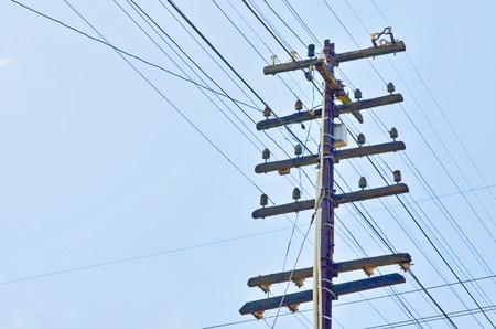 telegrama: Polo de edad telegrama de alambre en el cielo azul Foto de archivo