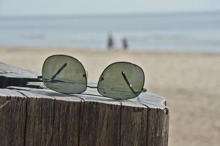 sole occhiali: Occhiali da sole neri sul moncone