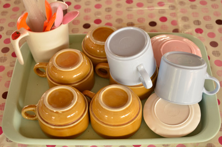 inverse: Coffee cup set in the tray