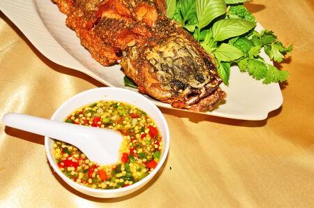 snake head fish: Salsa di peperoncino rosso caldo con la testa di serpente fritto di pesce
