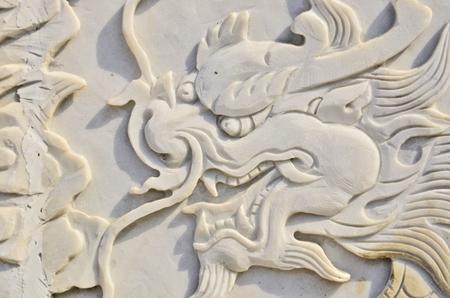 bas relief: Bas-relief dragon sur marbre blanc Banque d'images