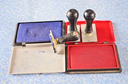도구를 사용하여 파란색과 빨간색 밀봉 잉크