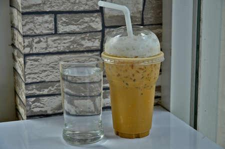 acqua bicchiere: Acqua di vetro e vetro caff� freddo